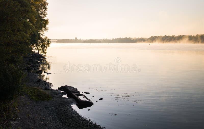 Lever de soleil sur la rivière et le brouillard d'automne photo stock