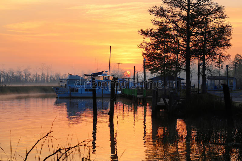 lever de soleil sur le fleuve image libre de droits
