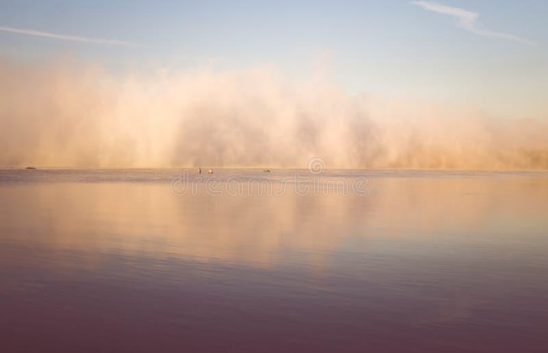 lever de soleil sur le fleuve Brouillard d'automne de matin images stock