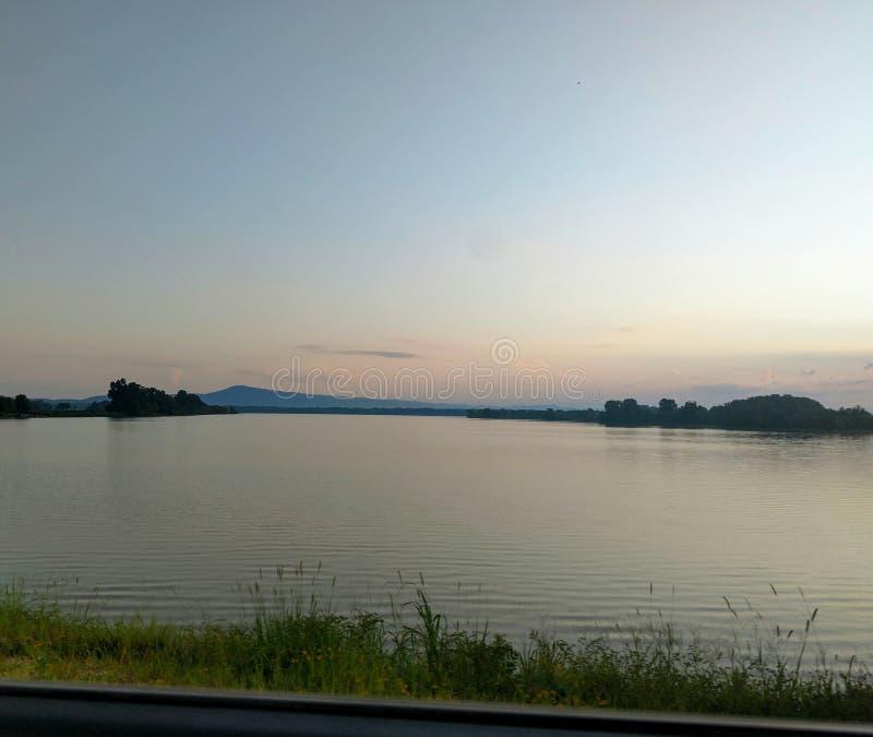 lever de soleil sur le lac photos stock