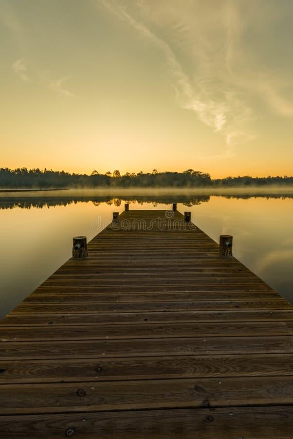 Download Lever de soleil sur le lac photo stock. Image du mieux - 76090422