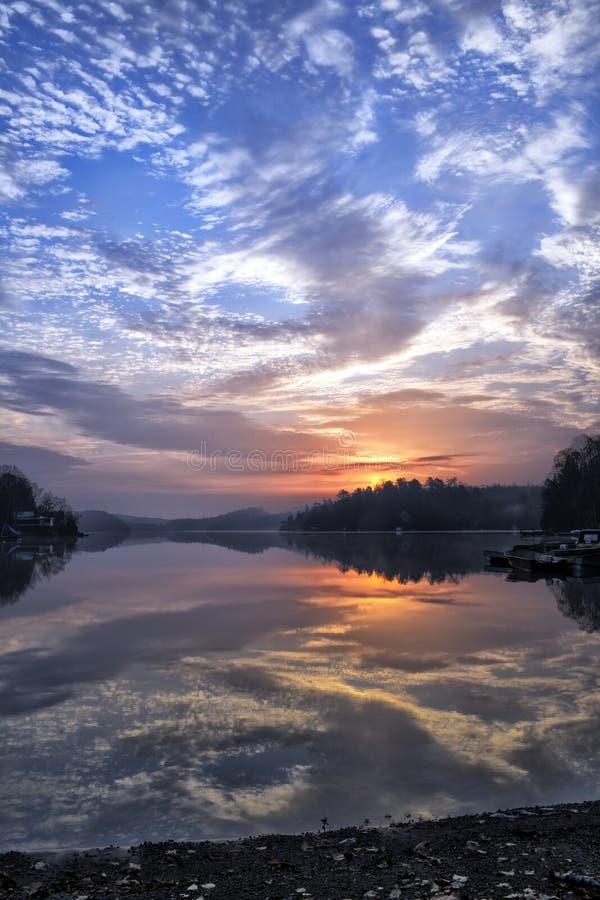 Lever de soleil sur le lac avec des nuages photo stock