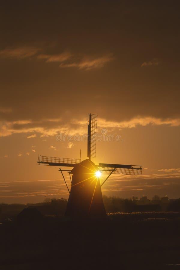 Lever de soleil sur le moulin à vent néerlandais images stock