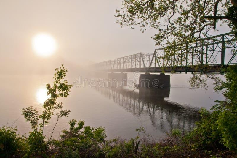 Lever de soleil sur le nouveau pont d'espoir image stock