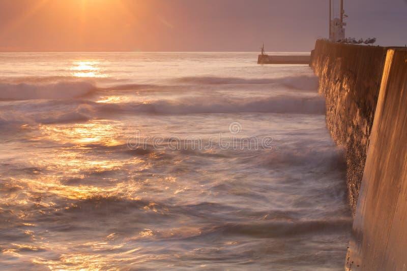 Lever de soleil sur le pilier vide dans Seahouses, Grande-Bretagne image libre de droits