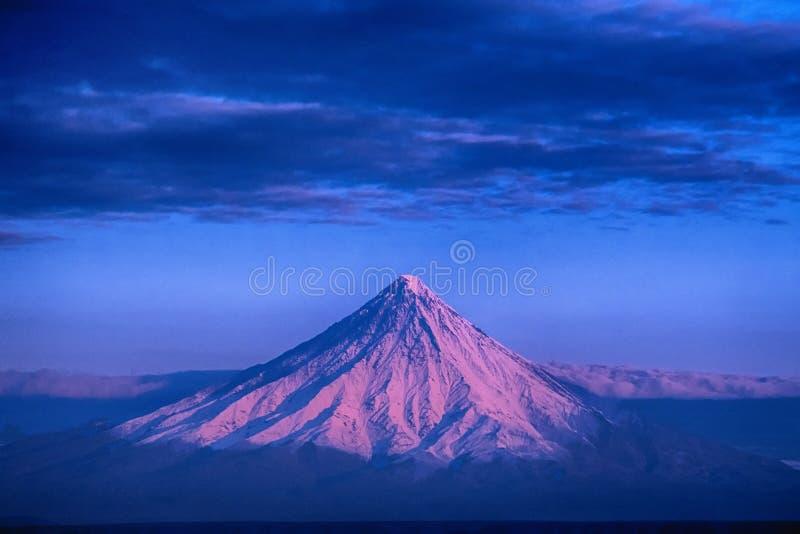 Lever de soleil sur le volcan de Kronotsky photos libres de droits