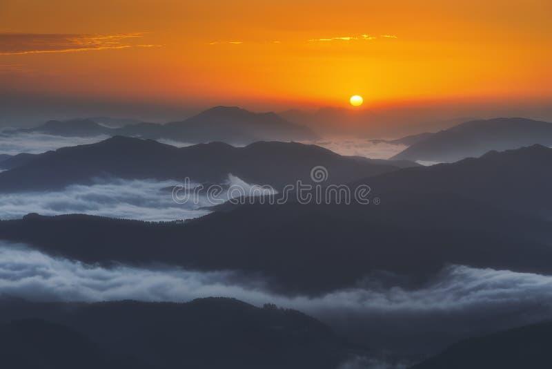 Lever de soleil sur les montagnes éloignées avec le brouillard photos libres de droits