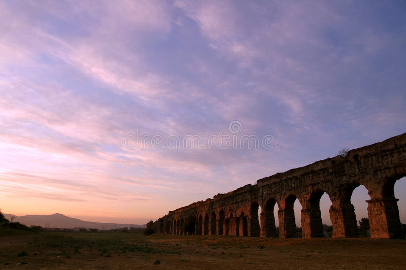 Lever de soleil sur les ruines romaines image stock