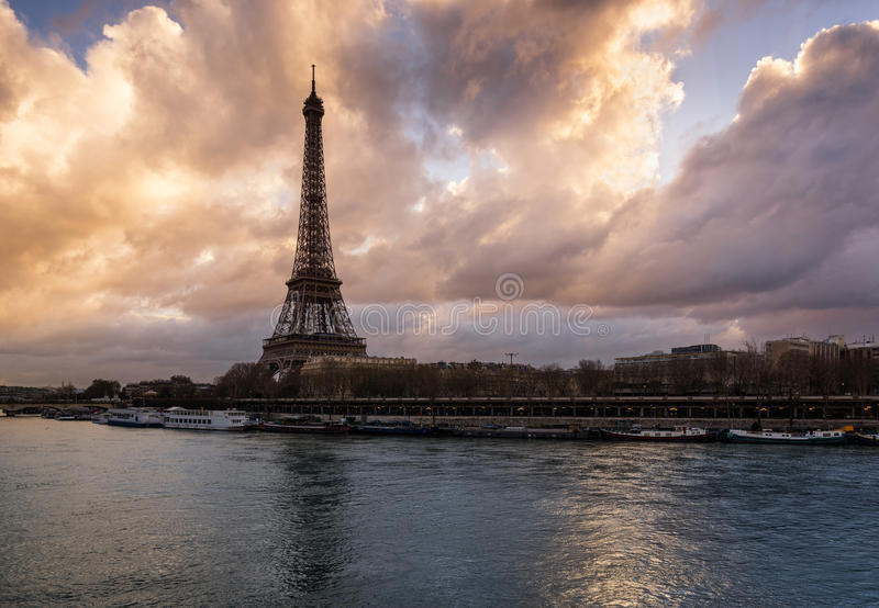 Lever de soleil sur Tour Eiffel et la Seine, Paris photo stock