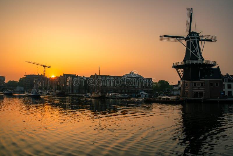 Lever de soleil sur un canal dans un moulin à vent à Amsterdam aux Pays-Bas images stock