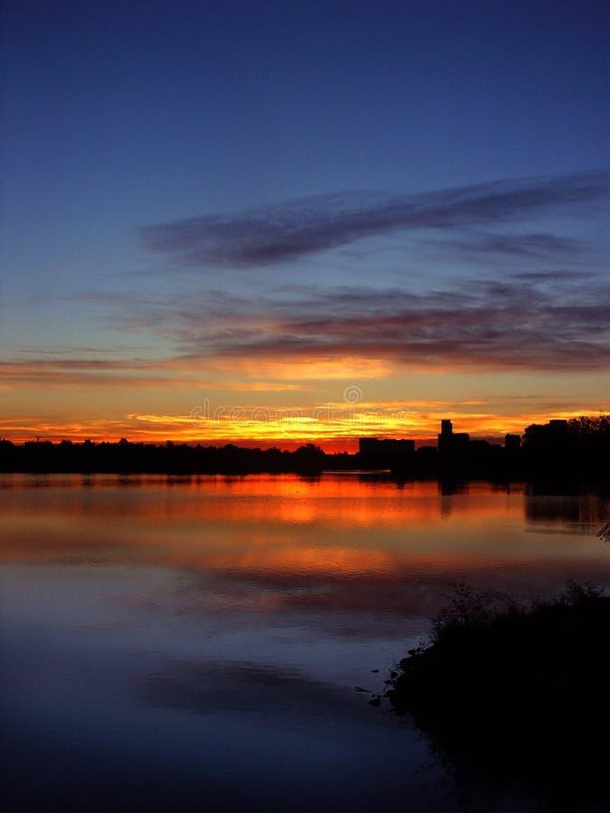Lever de soleil sur un lac photos stock