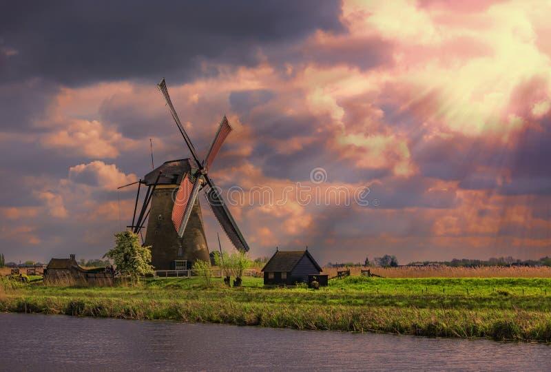 Lever de soleil sur un moulin à vent photos stock