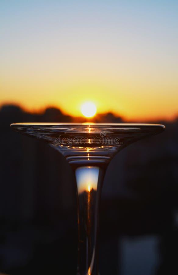 Lever de soleil sur un verre photographie stock