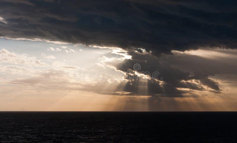 Lever de soleil sur une mer foncée photographie stock