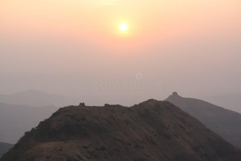 Lever de soleil sur une montagne photo stock