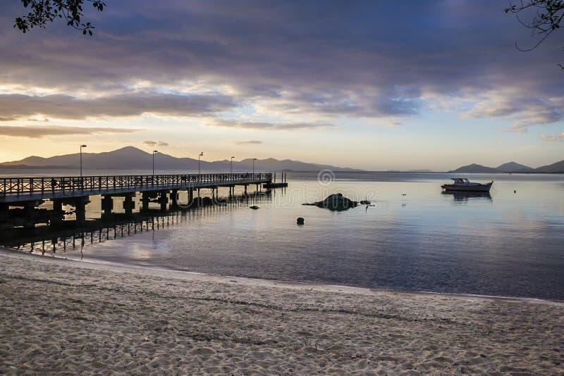 Lever de soleil sur une plage calme photos libres de droits