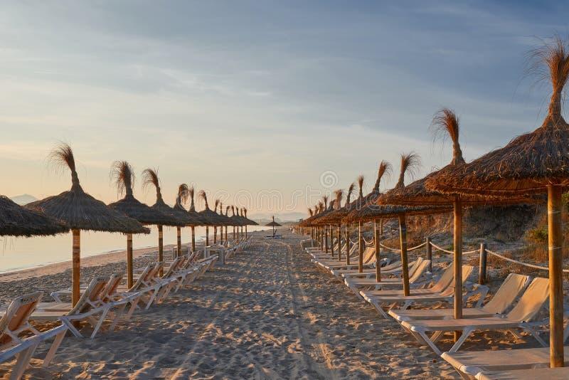 Lever de soleil sur une plage tropicale abandonnée de station de vacances photographie stock