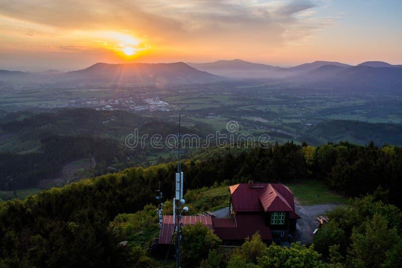 Lever de soleil sur Velky Javornik dans la république Beskydy-tchèque image stock