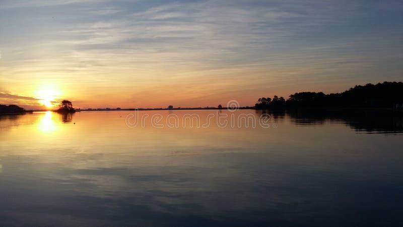 Lever de soleil tranquille au-dessus de l'océan photographie stock