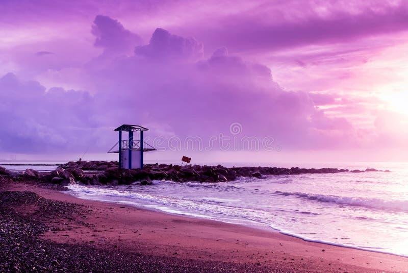 Lever de soleil ultra-violet sur le bord de la mer à Larnaca photos libres de droits