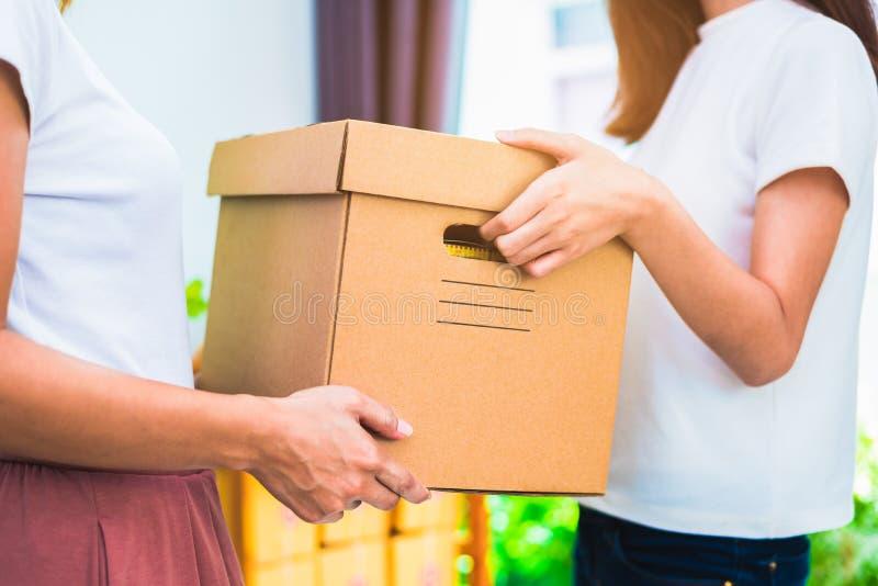 Leveransask av produkter och kvinnahänder när tjänste- hemmastatt eller royaltyfria foton