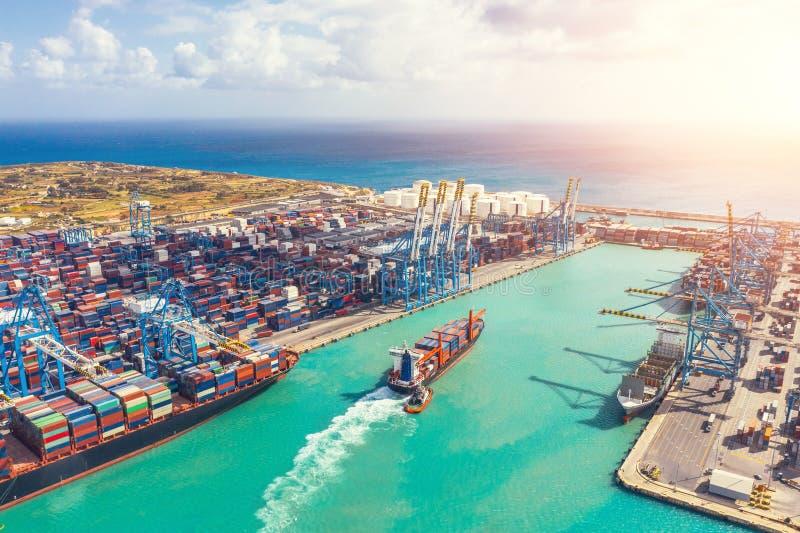 Leveranscontainerleverans vid import, export och affärsverksamhet, flyg-/höjdvy royaltyfri bild