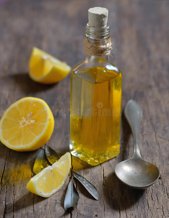LeverDetox med olivolja- och citronfrukter arkivfoto