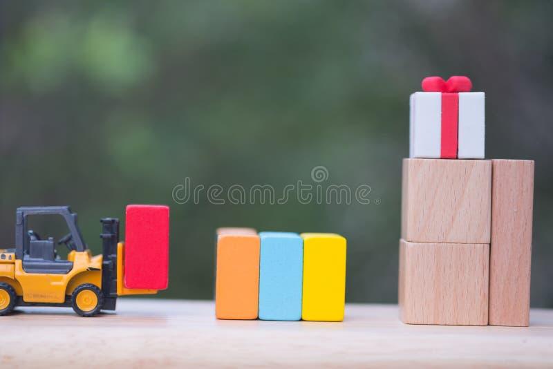 Leverera för leksakgaffeltruck av gåvaasken royaltyfria foton