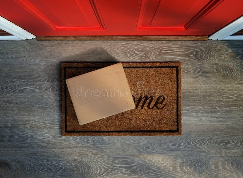 Levererat utanför ytterdörr, e-kommers köp på välkommet mattt arkivbild