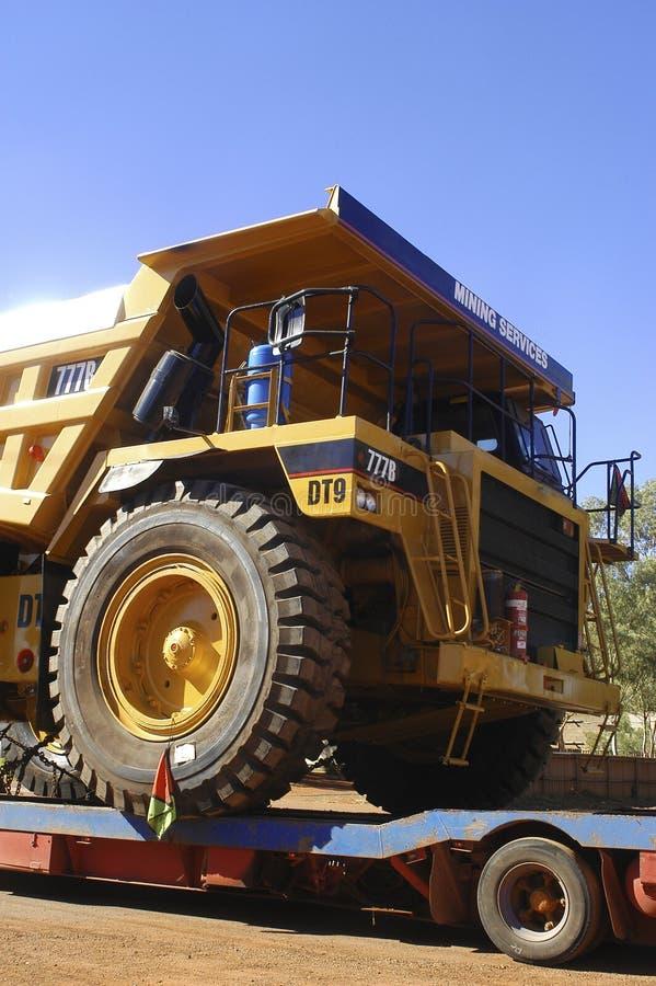 Levering van een vrachtwagen voor een goldmine stock afbeeldingen