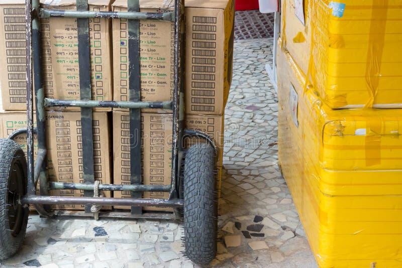 Leveringskar met stryfoam en kartondozen stock foto's