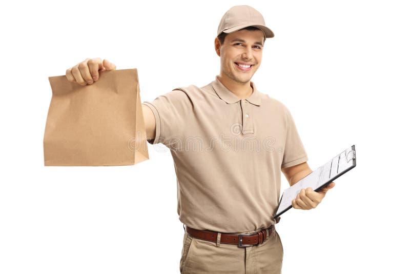 Leveringskerel die een document zak en een klembord houden stock afbeelding