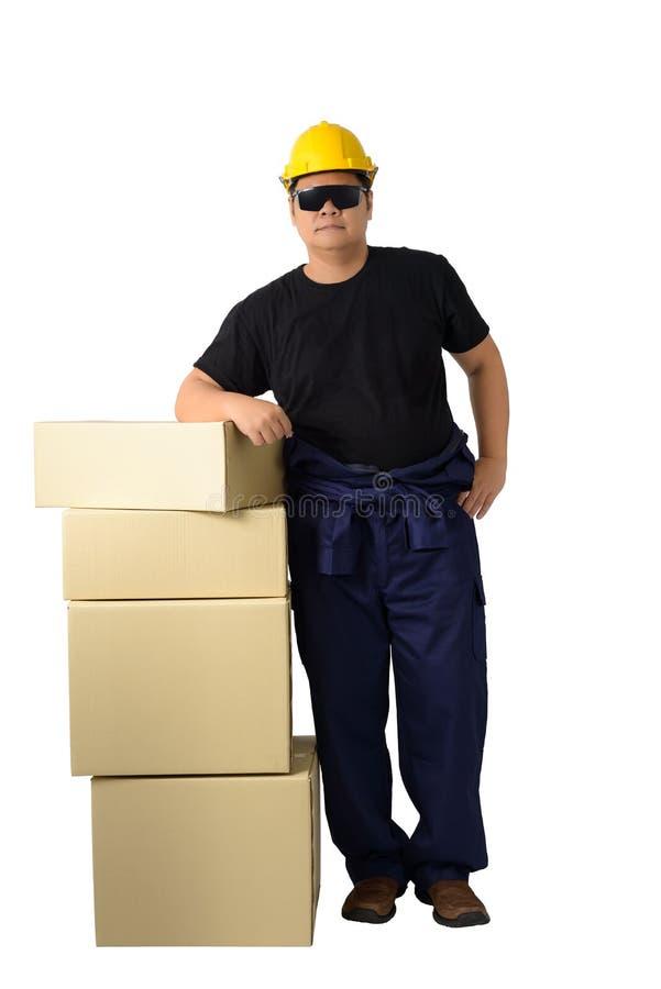 Leveringsmens of arbeider in Mechanisch die Jumpsuit met stapel dozen op witte achtergrond wordt geïsoleerd stock foto's