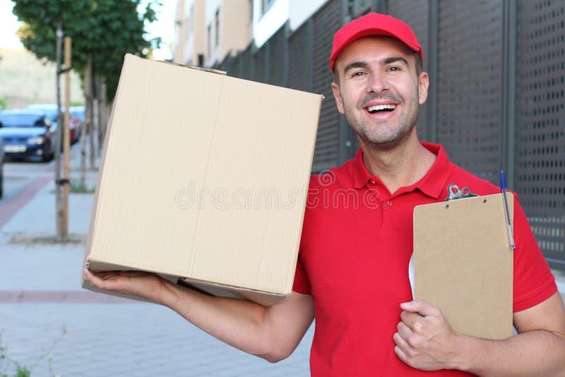 Leveringsmens die een doos in openlucht houden stock afbeelding