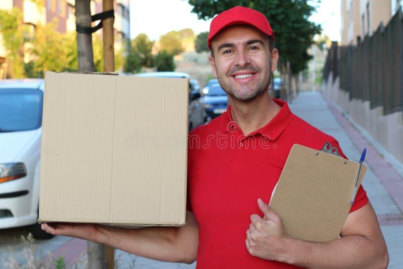 Leveringsmens die een doos in openlucht houden royalty-vrije stock foto's