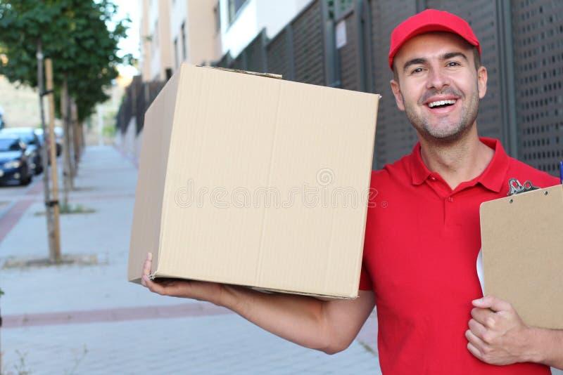 Leveringsmens die een doos in openlucht houden stock afbeeldingen