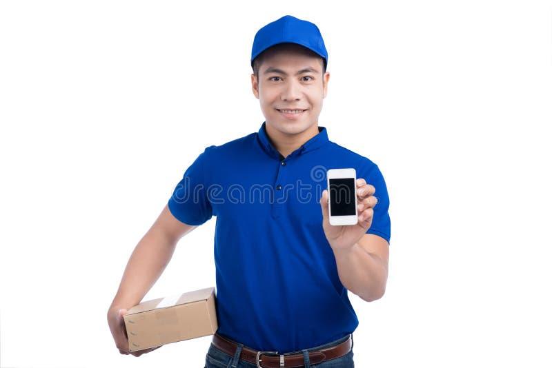 Leveringspersoon Aziatische brievenbesteller met pakketdoos die mobiele ph tonen stock foto's