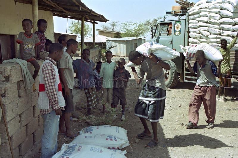 Leveringsvoedselhulp voor Verafgelegen door Rood Kruis in Ethiopië royalty-vrije stock foto