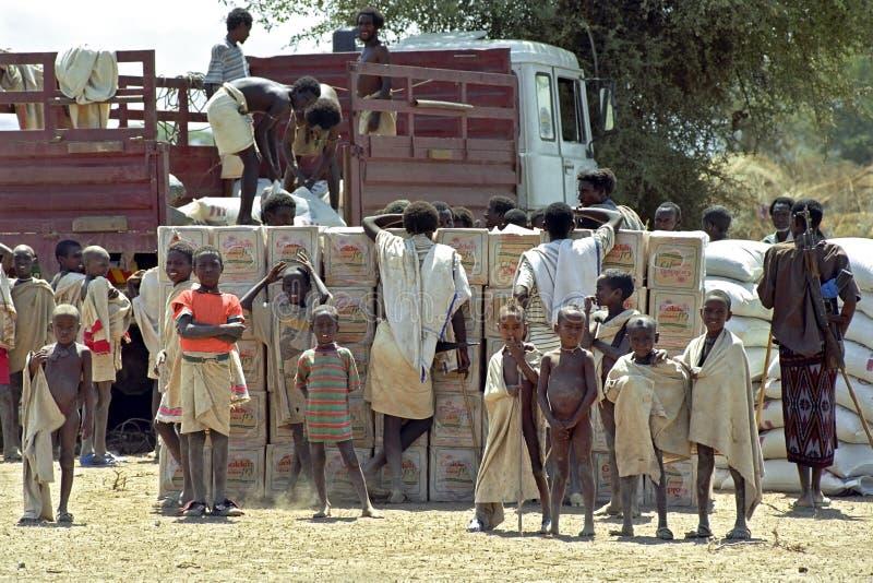 Leveringsvoedselhulp voor Verafgelegen mensen, Rood Kruis, Ethiopië royalty-vrije stock foto's