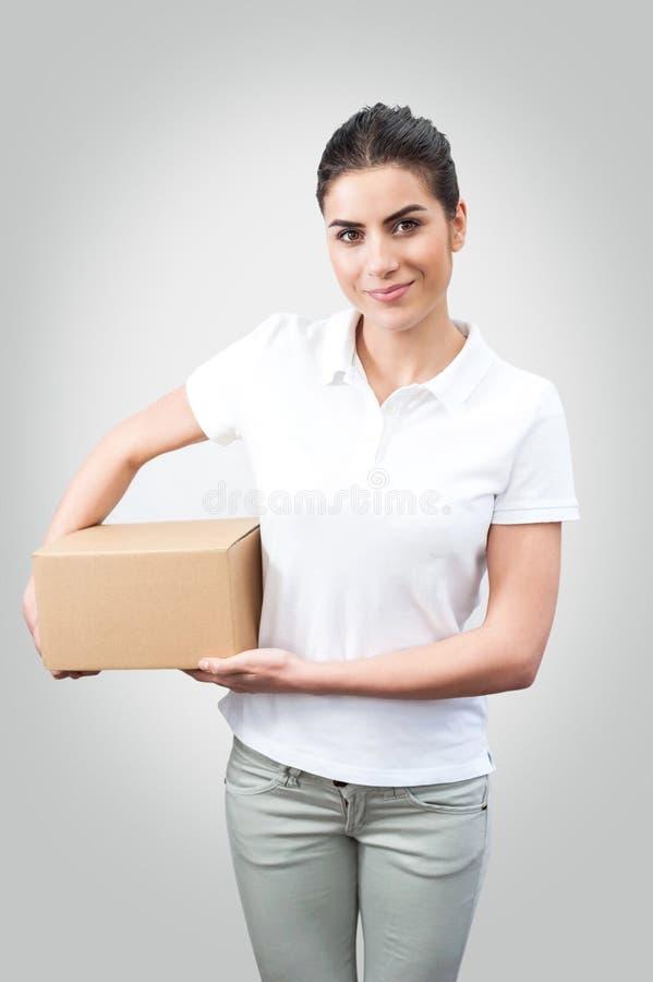 Leveringsvrouw die een doos houden royalty-vrije stock foto