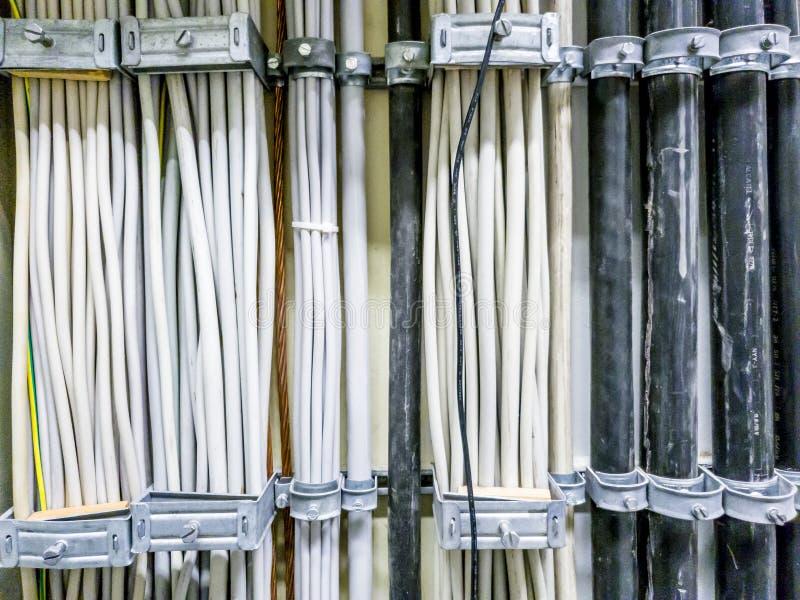 Leverkusen, Alemanha - 6 de setembro de 2018: Close-up do cabo distribuidor de corrente para uma sala do servidor da rede informá fotos de stock