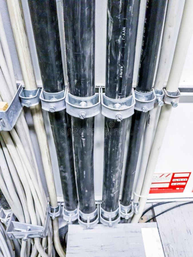 Leverkusen, Alemanha - 6 de setembro de 2018: Close-up do cabo distribuidor de corrente para uma sala do servidor da rede informá foto de stock