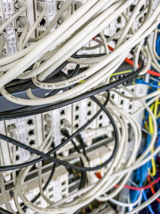 Leverkusen, Alemanha - 6 de setembro de 2018: O interruptor industrial da rede Ethernet está funcionando quando a luz verde pisca fotos de stock