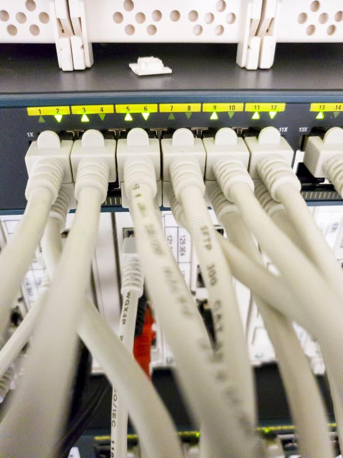 Leverkusen, Alemanha - 6 de setembro de 2018: O interruptor industrial da rede Ethernet está funcionando quando a luz verde pisca foto de stock