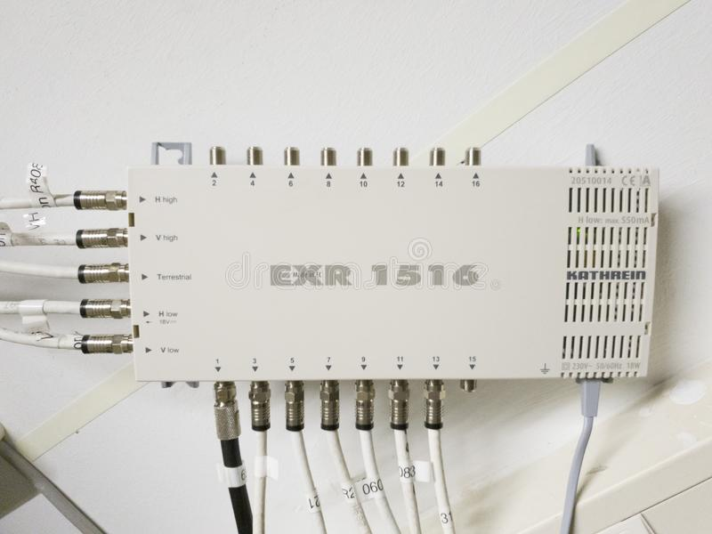 Leverkusen, Alemanha - 6 de setembro de 2018: O interruptor de rede televisiva está funcionando quando a luz verde piscar fotografia de stock royalty free