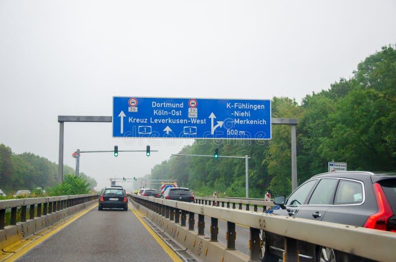 Leverkusen, Deutschland - 28. Juli 2019: Straßenverkehr auf der Autobahn A1 mit Straßenschildern und Ampel Autofahrt stockfoto