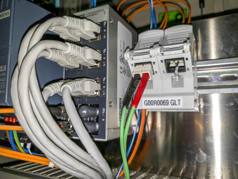 Leverkusen Niemcy, Wrzesień, - 06 2018: Przemysłowa ethernet sieci zmiana pracuje podczas gdy zielone światło jest rozblaskowy zdjęcia royalty free