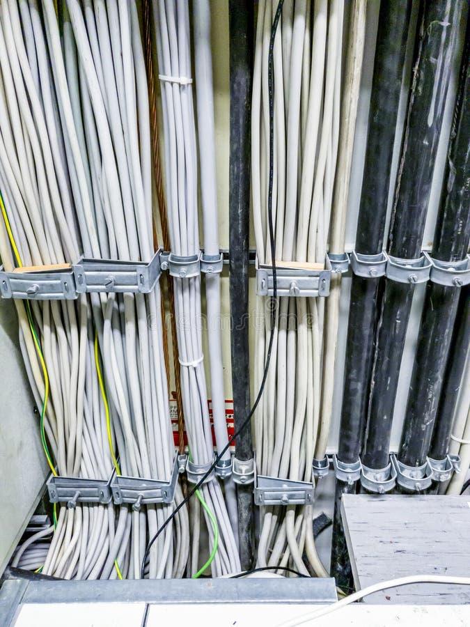 Leverkusen Niemcy, Wrzesień, - 06 2018: Zakończenie władza kabel dla sieć komputerowa serweru pokoju fotografia royalty free