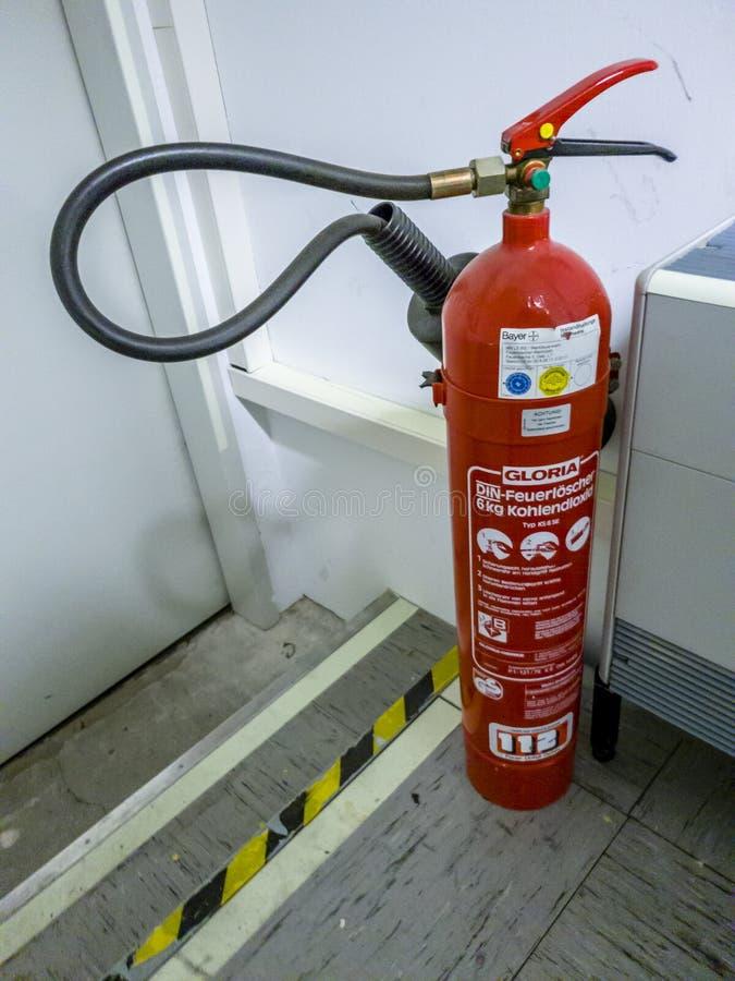 Leverkusen Tyskland - September 06 2018: Brandsläckare som är klar att använda i rum för datornätserver arkivbild
