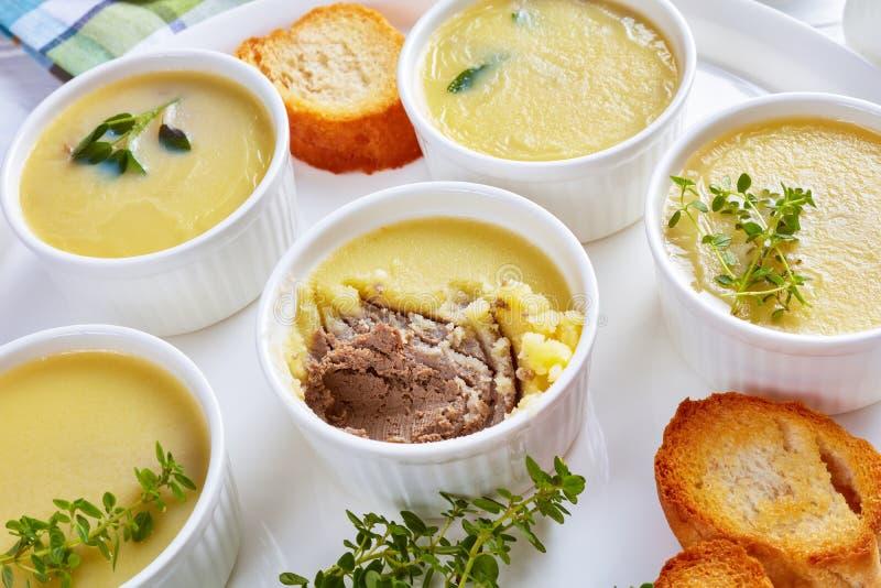 Leverpastei met kruiden en boter in ramekins stock afbeelding